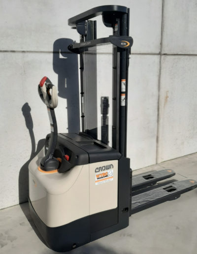 Crown 1,6 ton elektrische stapelaar - zijkant