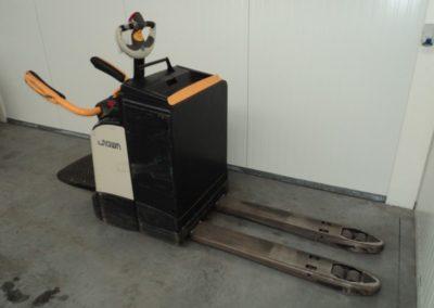 Crown 2 ton tweedehands elektrische opstaande pallettruck - zijkant
