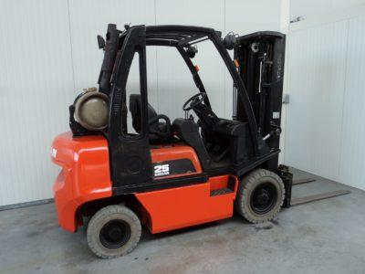 Nissan 2,5 ton tweedehands heftruck - zijkant