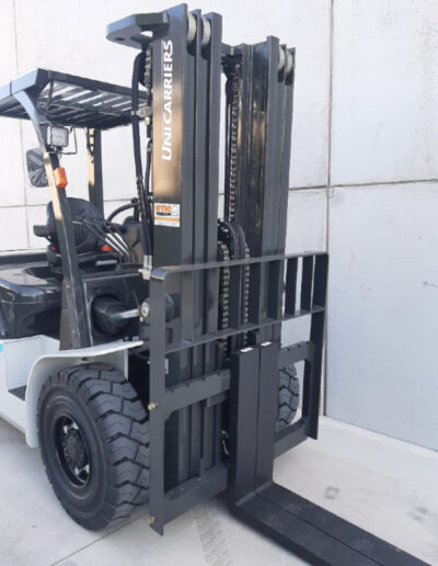 Nissan/UniCarriers 5 Ton diesel heftruck - mast