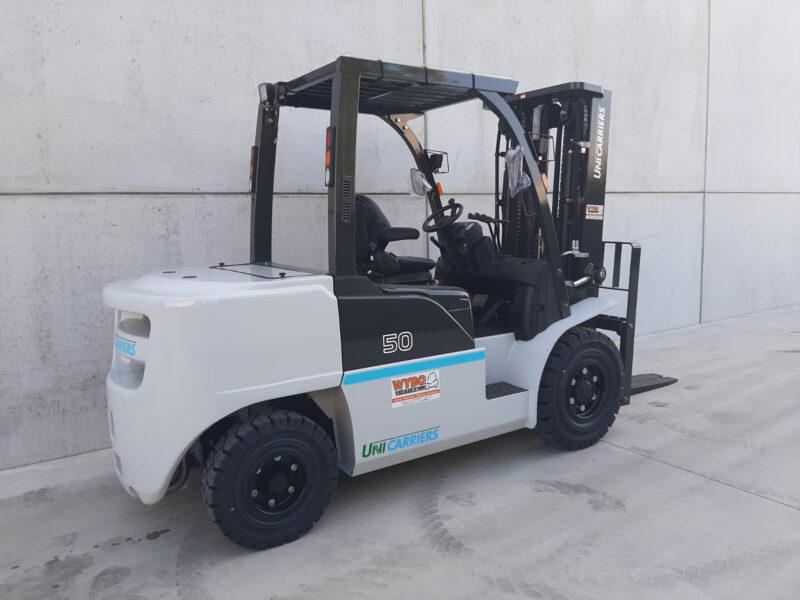Nissan/UniCarriers 5 Ton diesel heftruck - zijkant