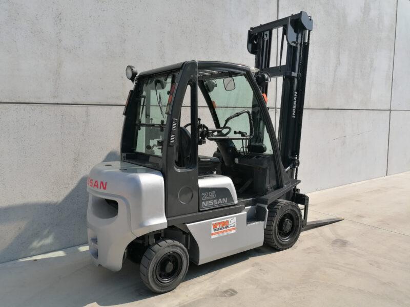 Nissan 2,5 ton tweedehands diesel heftruck - zijkant