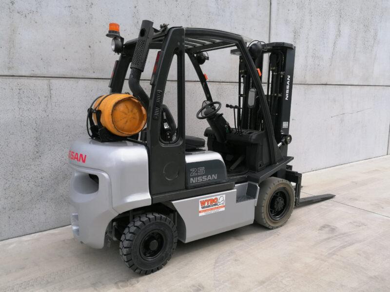 Nissan 2,5 Ton tweedehands LPG heftruck - zijkant