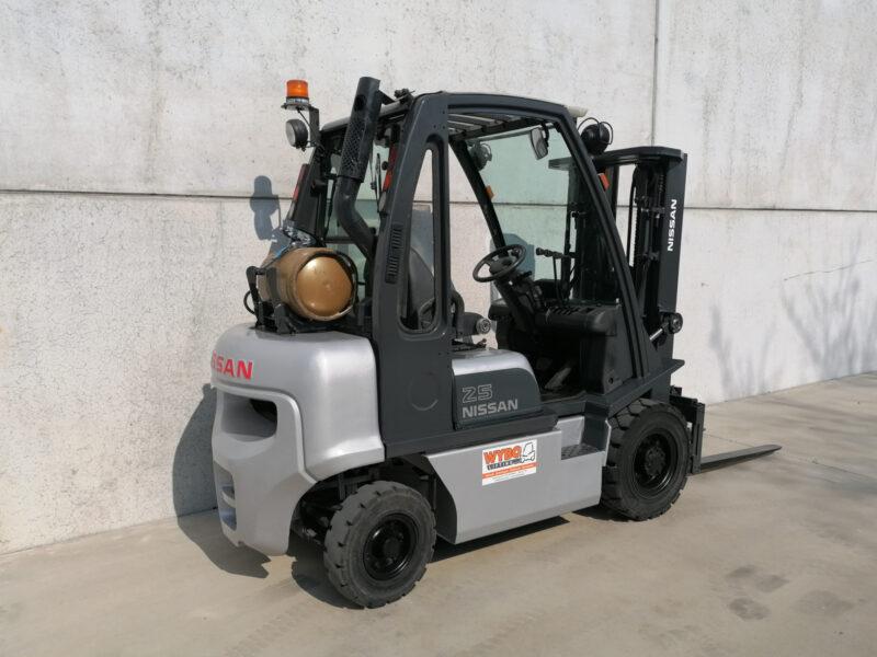 Nissan 2,5 ton lpg heftruck - zijkant